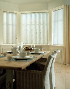 Valkoinen pystylamelli ruokailuhuone