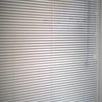 Sälekaihdin valkoinen ovi
